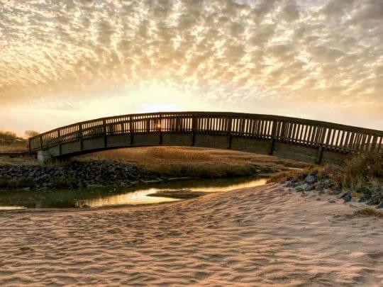 Jückermarschbrücke von Osten im Gegenlicht