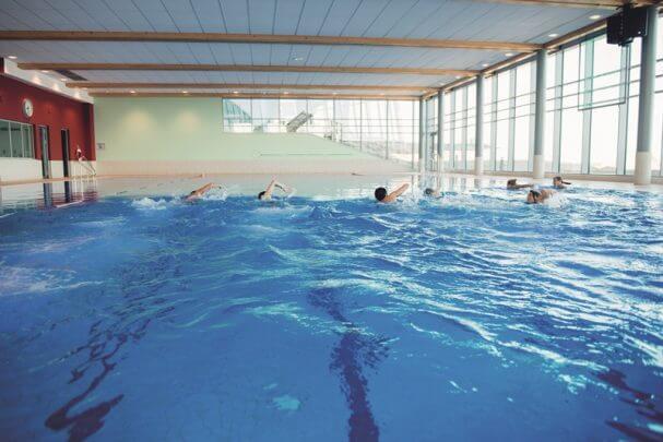 Schwimmer im Sportbecken der Sylter Welle.