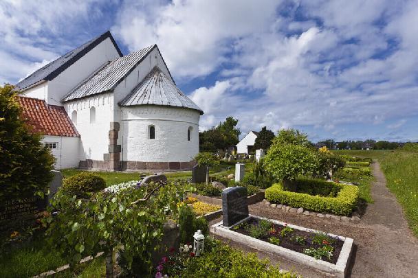 Die St.- Martin-Kirche in Morsum im Osten der Insel Sylt mit Friedhof.