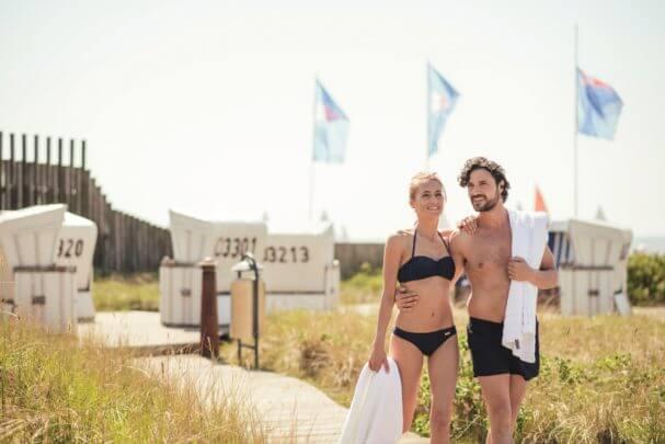 Pärchen schlendert durch den Saunagarten der Sylter Welle